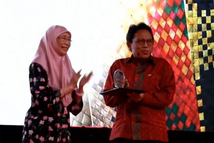 TERIMA PENGHARGAAN: Prosesi pemberian penghargaan kepada Unram dari pihak Malaysia, beberapa waktu lalu.