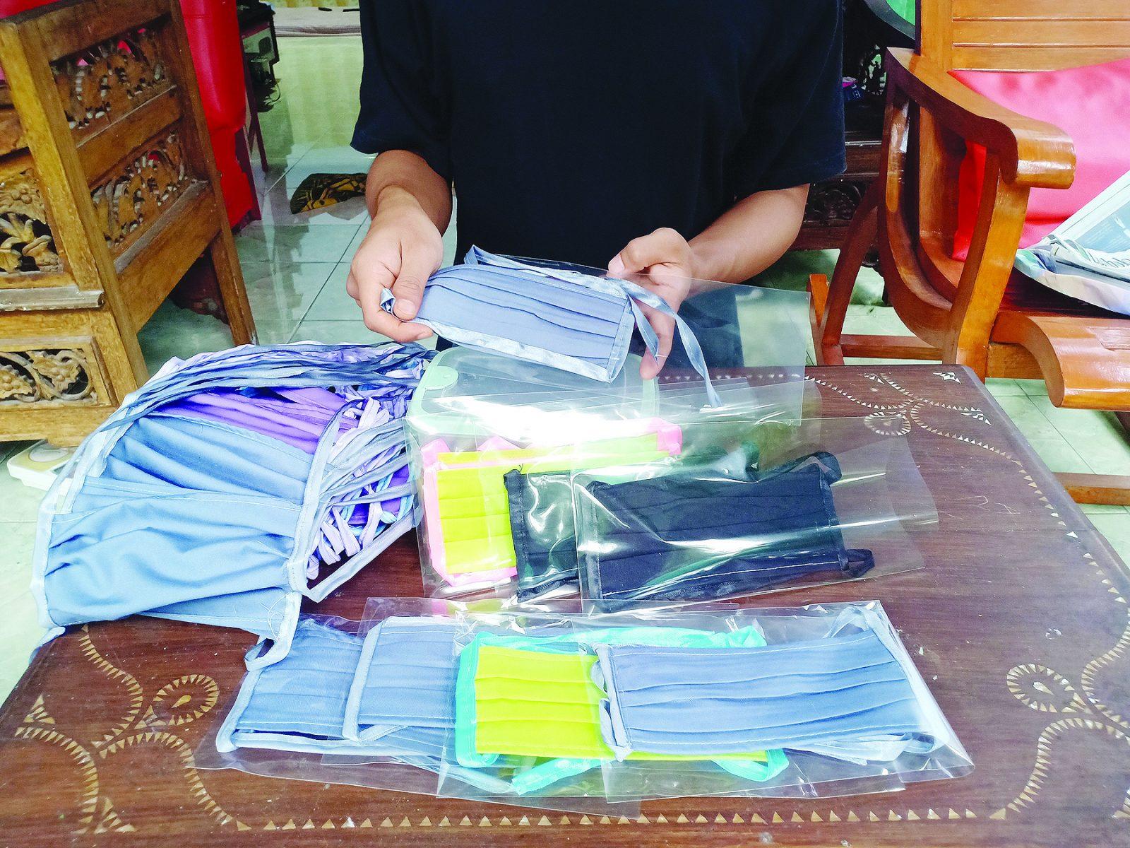 Upaya Warga Kota Mataram di saat Harga Masker Meroket